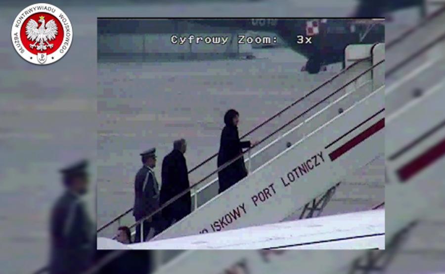 Prezydent Lech Kaczyński wraz z małżonką oraz gen. Andrzej Błasik wchodzą na pokład Tu-154