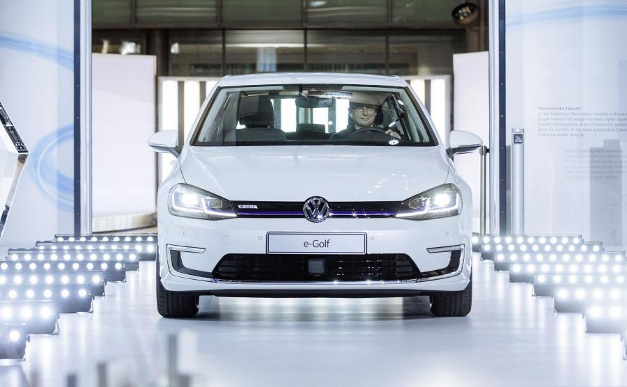 Volkswagen e-Golf powstaje w Szklanej Manufakturze w Dreźnie. W słynną fabrykę niemiecka marka zainwestowała 20 mln euro