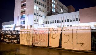 Transparenty zawieszone przez kibiców przed Wojskowym Szpitalem Klinicznym z Polikliniką w Bydgoszczy, w kórym operowano Tomasza Golloba