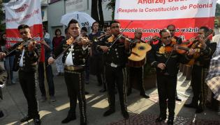 Demonstranci wzywający prezydenta do przestrzegania konstytucji, przed spotkaniem prezydenta Andrzeja Dudy z Polonią w Ambasadzie RP w Meksyku