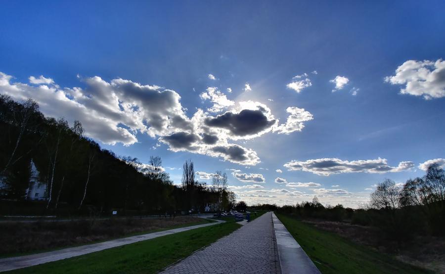 Słońce nad Kazimierzem Dolnym w szerokokątnym obiektywie G6