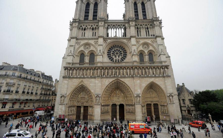 Policja przed katedrą