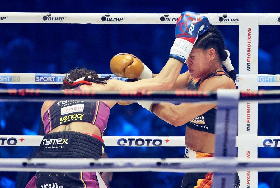 Ewa Brodnicka i iviane Obenauf podczas walki w trakcie gali bokserskiej Polsat Boxing Night