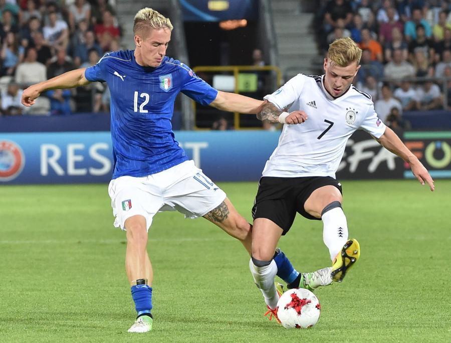Niemiec Max Meyer (P) i Andrea Conti (L) z Włoch podczas meczu grupy C piłkarskich mistrzostw Europy U21 w Krakowie