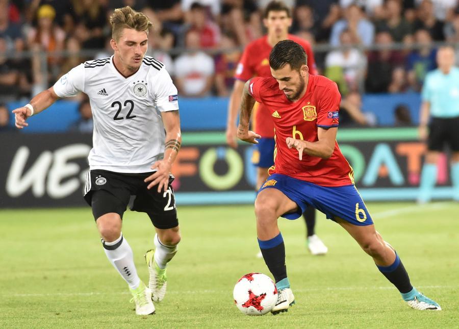 Reprezentant Hiszpanii Dani Ceballos (P) oraz Maximilian Phillipp (L) z Niemiec podczas finałowego meczu piłkarskich mistrzostw Europy U21