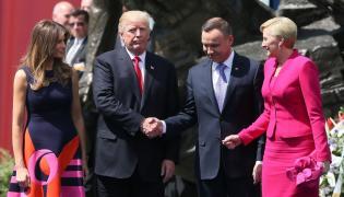 Prezydent Stanów Zjednoczonych Ameryki Donald Trump (2L) z małżonką Melanią Trump (L) i przezydent RP Andrzej Duda (2P) z małżonką Agatą Kornhauser-Dudą (P) na placu Krasińskich w Warszawie
