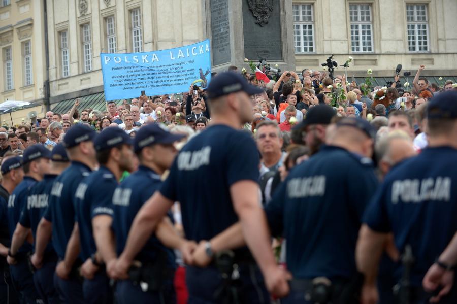 Kordon policji odgradzający uczestników kontrmanifestacji na pl. Zamkowym