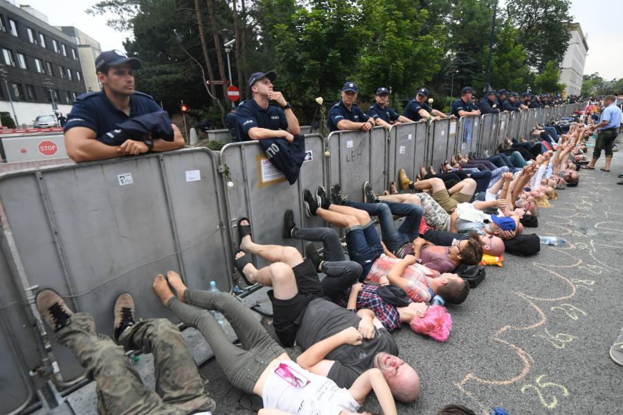 Uczestnicy protestu przed Sejmem