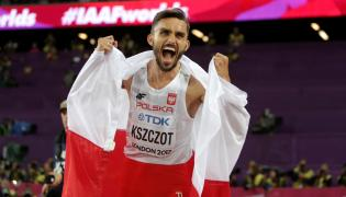 Adam Kszczot cieszy się po finałowym biegu na 800 m