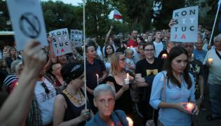Protest przeciwko ustawie o zmianach w Sadzie Najwyzszym i reformie sadownictwa przed domem Jaroslawa Kaczynskiego