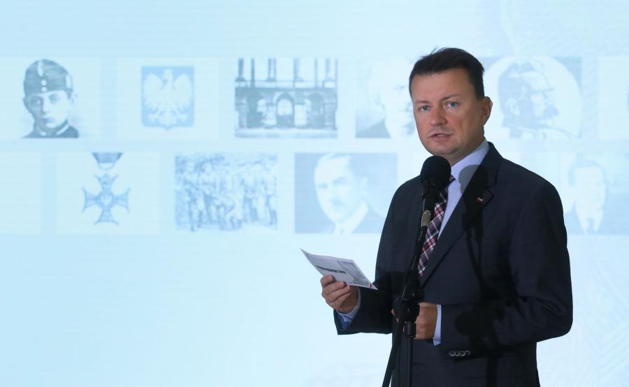 Minister Błaszczak prezentuje nowy paszport