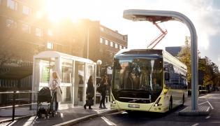 Autobusy Volvo 7900 Electric będą ładowane szybką ładowarką na przystankach końcowych - przez pantograf wysuwany ze stacji ładowania