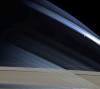 Mimas, księżyc Saturna na jego tle