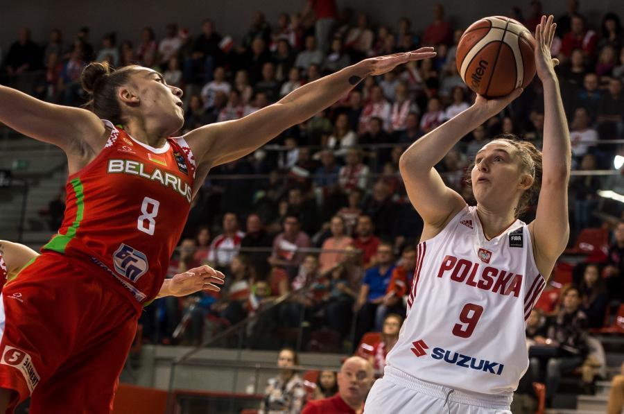 Zawodniczka reprezentacji Polski Anna Makurat (P) i Tatsiana Likharovich (L) z reprezentacji Białorusi