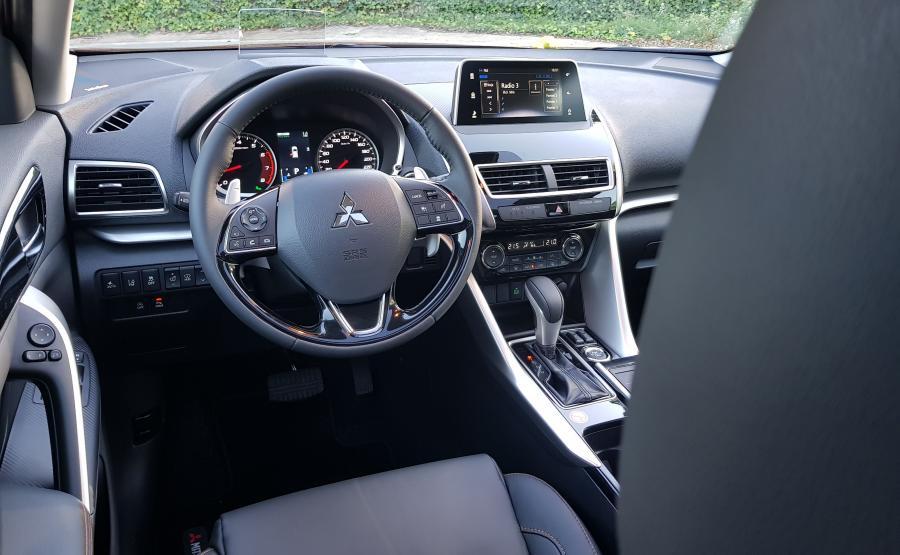 Deska rozdzielcza Mitsubishi Eclipse Cross jest jakby zawieszona nad sterowaniem klimatyzacji