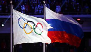 Flaga olimpijska i flaga Rosji