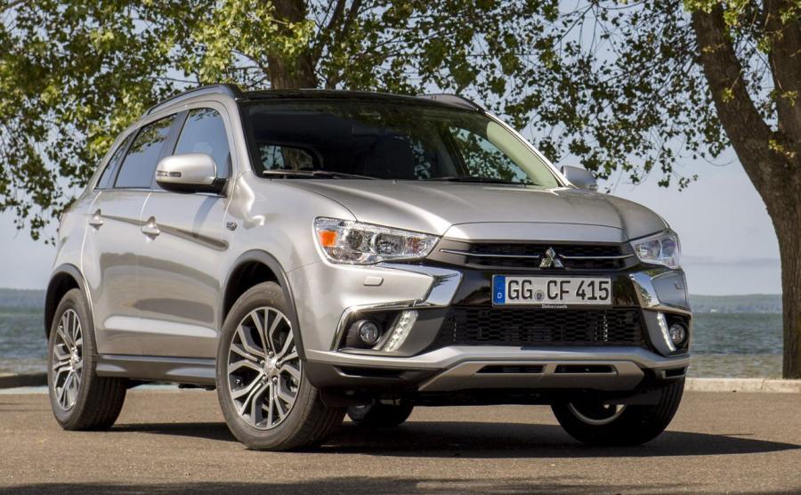 Mitsubishi ASX 2018. Samochód można zamówić w nowym lakierze Sterling Silver, który w słońcu ma lepiej eksponować samochód niż stosowany wcześniej srebrny metalik o nawie Cool Silver