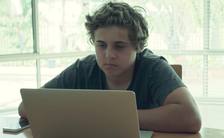 Chłopiec przed laptopem