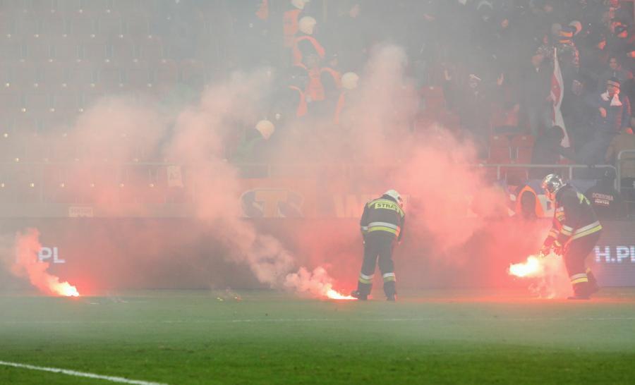Straż pożarna gasi race rzucane na boisko przez kibiców Cracovii podczas Derbów Krakowa z Wisłą Kraków