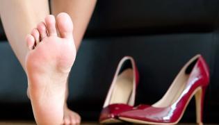 Stopa i buty na wysokim obcasie