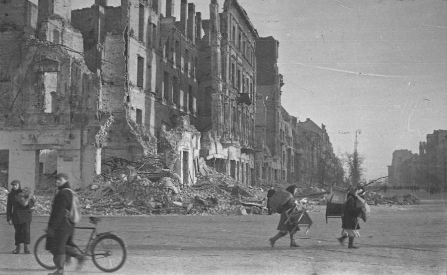 Zniszczona Warszawa - wiosna 1945 r.