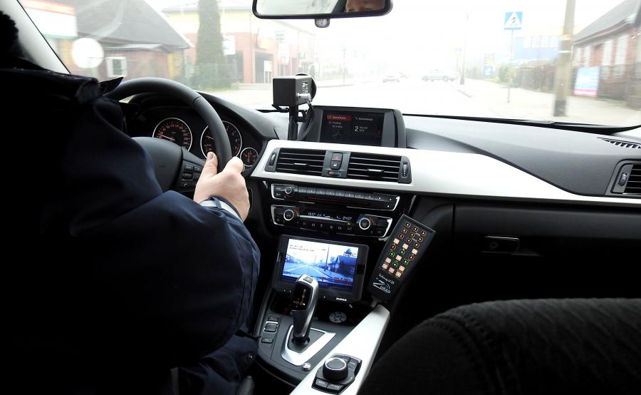 Żeby wykonać poprawny pomiar, radiowóz z wideorejestratorem musi na początku i na końcu odcinka pomiarowego znajdować się w takiej samej odległości od ściganego pojazdu