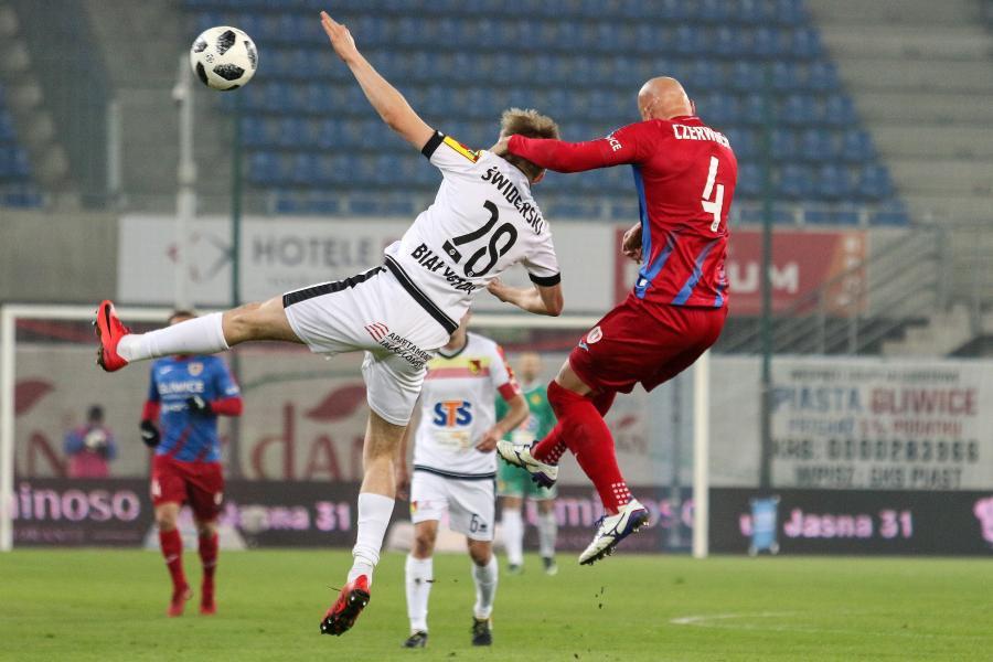 Piłkarz Piasta Gliwice Jakub Czerwiński (P) i Karol Świderski (L) z Jagiellonii Białystok podczas meczu Ekstraklasy