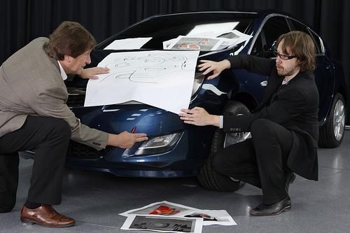 Na zdjęciach występują główny stylista nowej Astry - Marc van der Haegen a także inżynier zarządzający - Laszlo Kreth