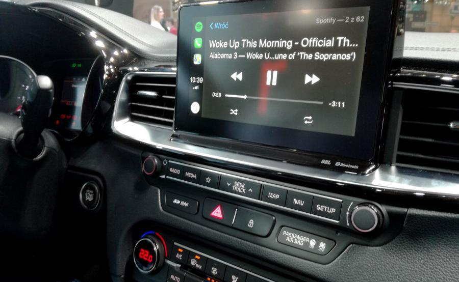 Dotykowy ekran może mieć 7 lub 8 cali – krótka zabawa z tym większym udowodniła, że urządzenie szybko reaguje na dotyk, a zmiany między widokiem np. nawigacji i komputera zachodzą błyskawicznie
