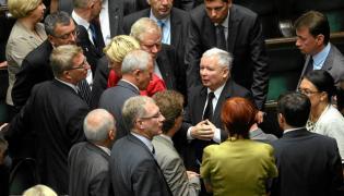 Jarosław Kaczyński i posłowie PiS w Sejmie