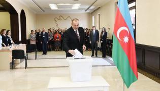 Prezydent Ilham Aliyev oddaje głos