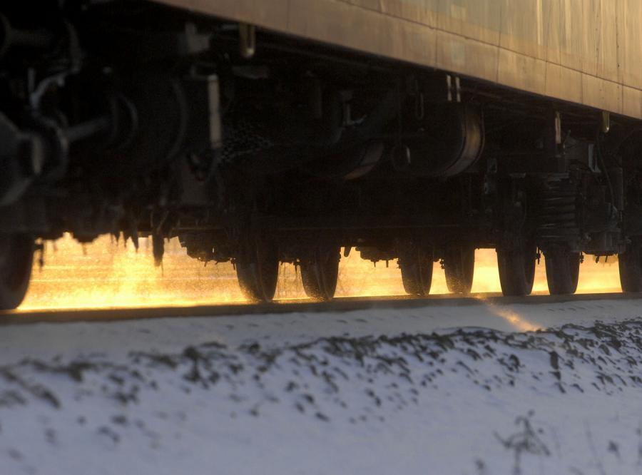 Przeżył pod wagonami pociągu