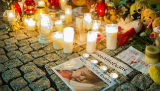Pluszaki i swieczki przed ambasada Wielkiej Brytanii w Warszawie
