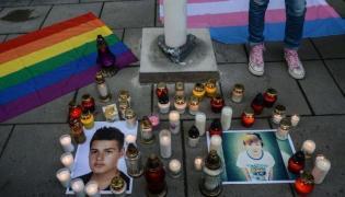 """Akcja """"Zapal znicz dla Kacpra"""", ofiary homofobii, przed budynkiem MEN"""