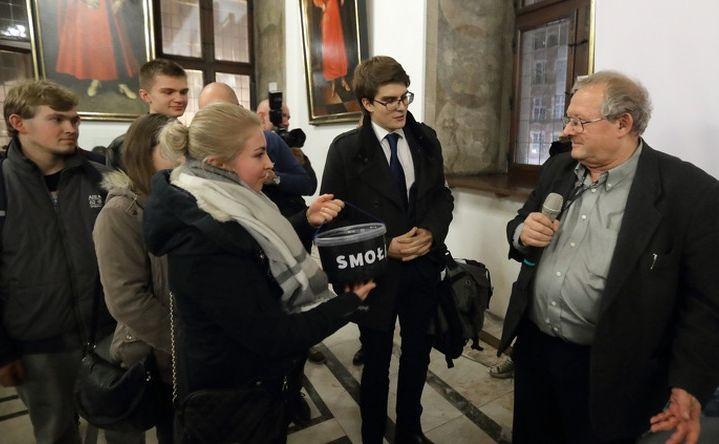 Młodzież Wszechpolska chciała wręczyć Adamowi Michnikowi wiaderko ze smołą / Grzegorz Mehring / gdansk.pl