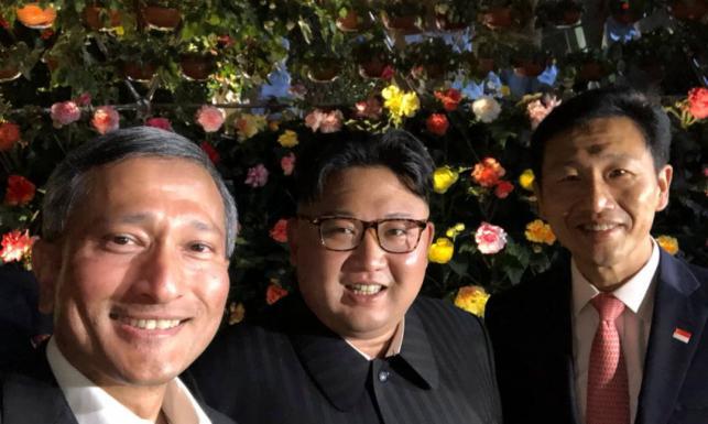 Selfik na moście z ministrem. Kim Dzong Un zwiedza Singapur przed spotkaniem z Trumpem [ZDJĘCIA]