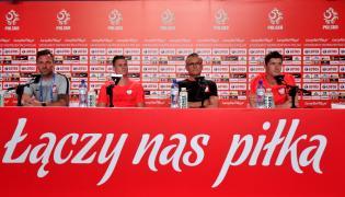 Trener piłkarskiej reprezentacji Polski Adam Nawałka (2P), piłkarze Łukasz Piszczek (2L) i Robert Lewandowski (P) oraz rzecznik prasowy PZPN Jakub Kwiatkowski (L) podczas konferencji prasowej w Soczi