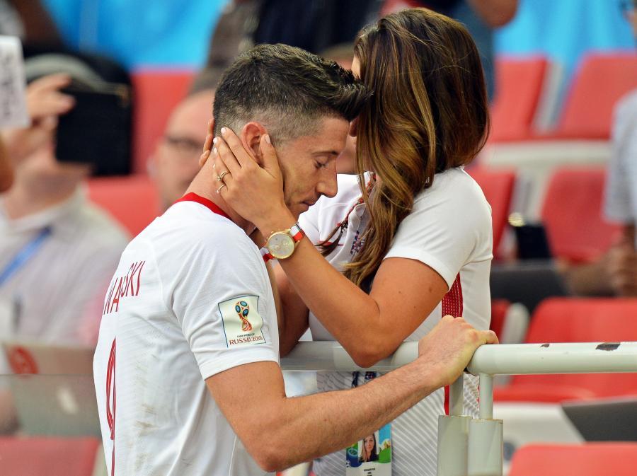 Kapitan reprezentacji Polski Robert Lewandowski (L) z żoną Anną (P) po meczu z Senegalem