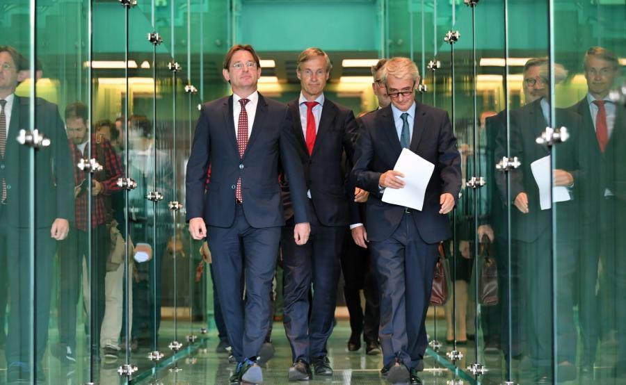 Rzecznik prasowy Sądu Najwyższego sędzia Michał Laskowski (P), prezes SN Holandii Maarten Feteris (C) i prezydent Europejskiej Sieci Rad Sądownictwa Kees Sterk (L)