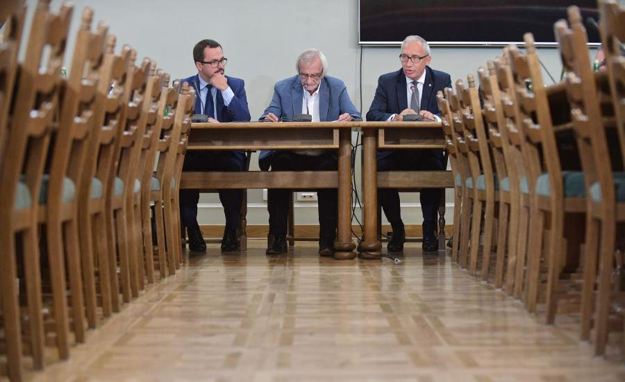 Członkowie komisji śledczej ds. VAT, posłowie PiS - Marcin Horała (L), Ryszard Terlecki (C) i Kazimierz Smoliński (P) podczas inauguracyjnego posiedzenia komisji