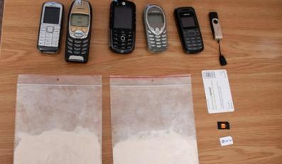 Diler wyrzucił przez okno dwie torebki z narkotykami