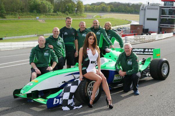 W tej sesji zdjęciowej Lucy Pinder pozuje z irlandzką ekipą Formuły A1