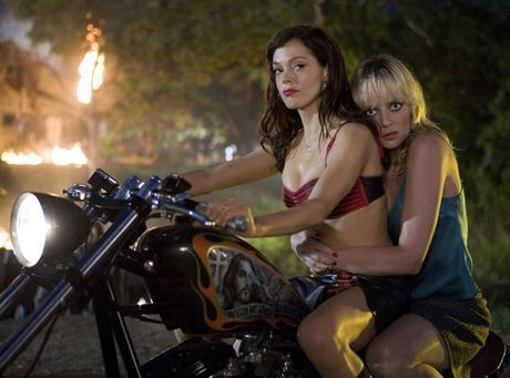 Rose McGowan and Marley Shelton star in Robert Rodriguez\'s Planet Terror (Grind House). GRINDHOUSE : PLANET TERRORFOT. KINO SWIAT