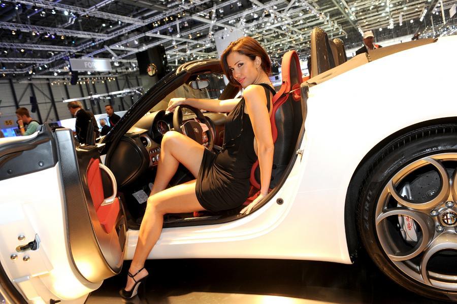Kobieta za kierownicą Alfy Romeo 8C