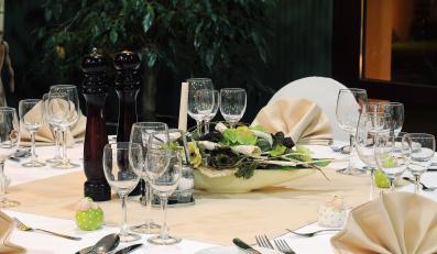 Zastawiony stół w restauracji