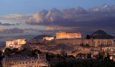 Ciemne chmury nad Akropolem