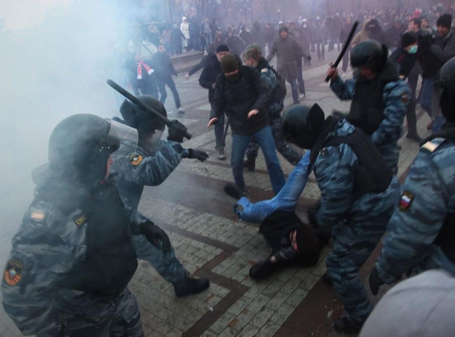 Bitwa bandytów stadionowych z milicją pod murami Kremla