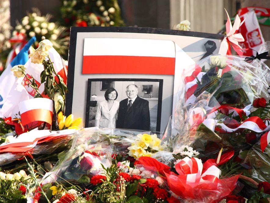 W 15 miesięcy po katastrofie smoleńskiej złożono wieńce przed Pałacem Prezydenckim