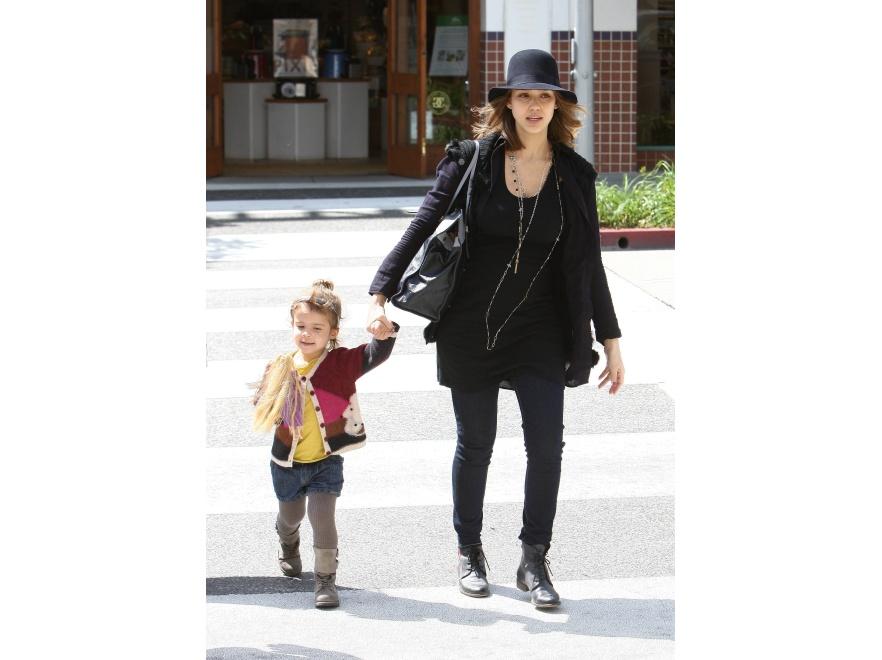 Ciężarna Jessica Alba z córką Honor na ulicach Los Angeles