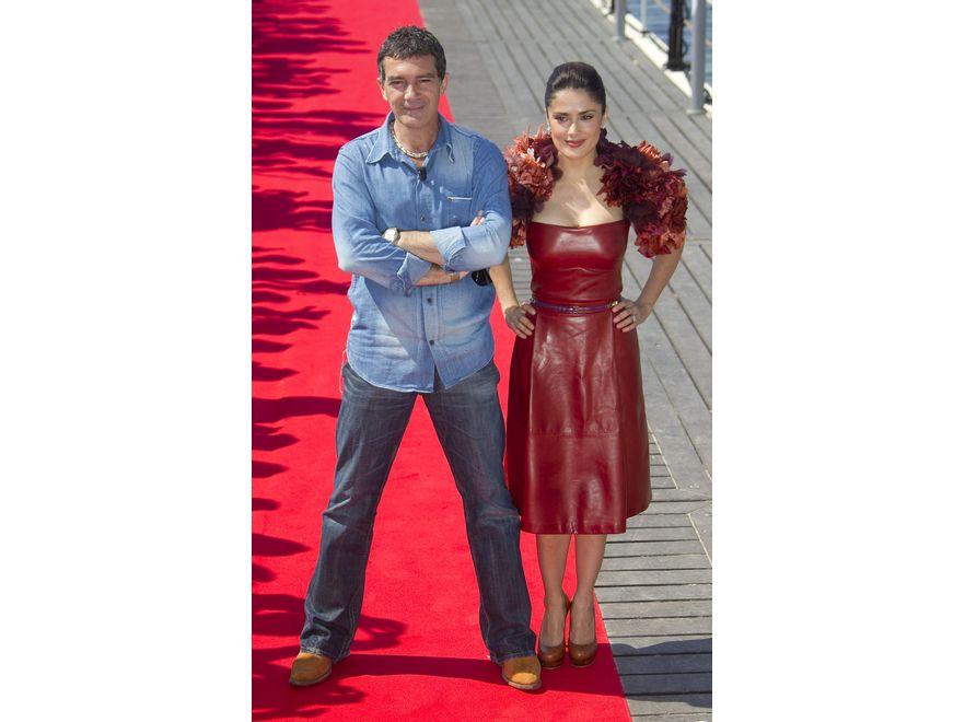 Salma Hayek pozuje w Cannes wraz z Antonio Banderasem. Aktorka pokazała się w kreacji Gucci z dodatkiem kwiatowego bolerka…